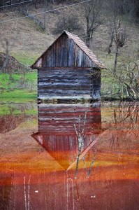 Abandoned house floodedby polluted water from a copper mine