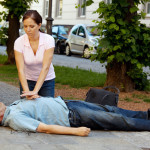 Provides first aid woman in a man with a heart attack in the street